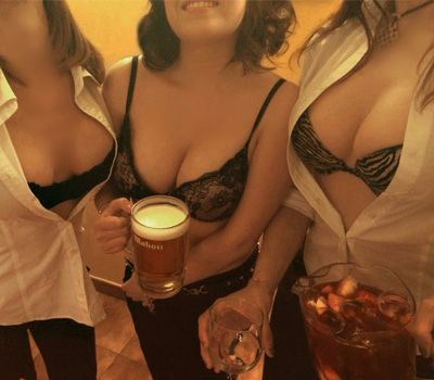 camareras topless con cerveza
